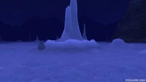 塩湖に入ってすぐの塩の塔のツボを調べる